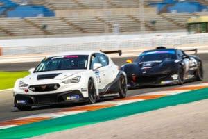 El público vive el espectáculo del Racing Weekend en Valencia